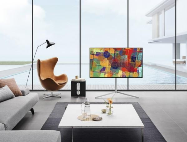 LG 올레드 TV(올레드에보,모델명: G1)가 집 안 공간과 조화를 이루며 배치돼 있는 모습.