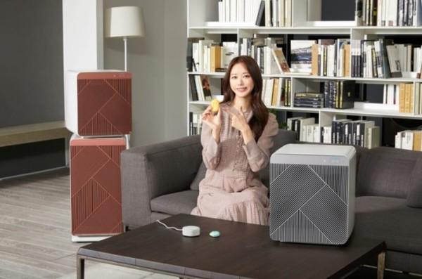 삼성전자 모델이 수원 삼성전자 디지털시티 프리미엄하우스에서 삼성 공기청정기 '비스포크 큐브 에어'와 카카오엔터프라이즈 스마트 스피커 '미니헥사', '미니링크' 를 소개하고 있다.(사진=삼성전자)