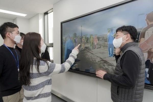 서울과기대 인공지능응용학과 학생들이ICT를 활용한 응용기술 실습에 참여하고 있다.