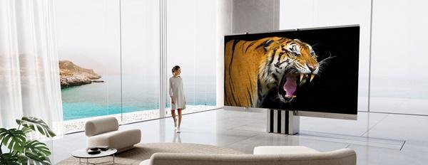 마이크로 LED TV의 디스플레이는 5개의 별도의 패널로 구성돼 있으며, 펼쳐져 자리잡으면 솔기없는 하나의 균일한 디스플레이처럼 보인다.