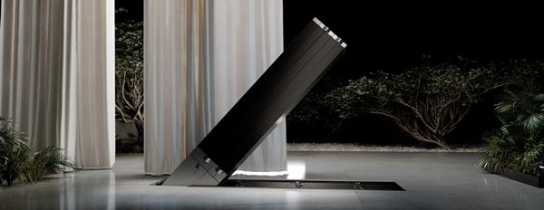검은색 기둥이 바닥에서 천천히 조용히 솟아올라 병풍처럼 펼쳐져 하나의 거대 TV화면이 만들어진다.
