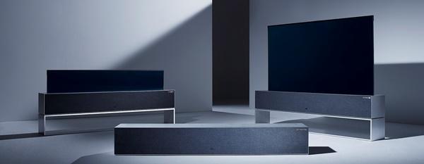 LG전자가 지난해 10월 세계 최초로 출시한 65인치 '롤러블' OLED TV인 LG 시그니처 올레드 R(모델명: RX) 스크린이 바닥에서 솟아오르며 펴지는 모습. 중앙, 왼쪽, 오른쪽 순서로 펴지는 모습을 보여준다.