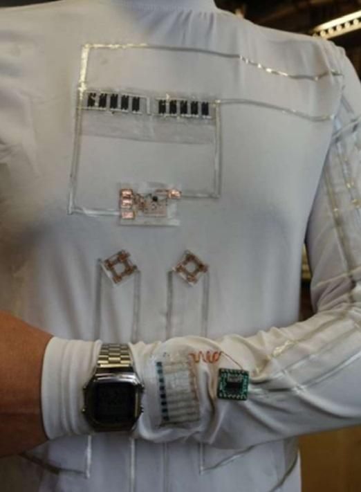 ▲'웨어러블 마이크로 그리드'는 사진에서 보듯 사람의 땀과 움직임에서 나오는 에너지를 사용해 LCD 손목시계와 전자 크롬 장치에 전원을 공급한다. (사진=샌디에이고대)