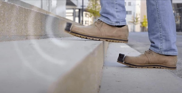 ▲이노메이크 스마트신발을 신고 계단을 오르는 모습. (사진=테크 이노베이션)