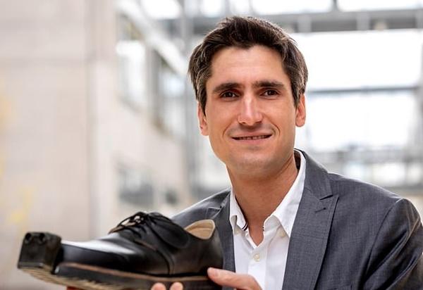 ▲마르쿠스 라퍼 이노메이크 CEO가 스마트 신발을 들어 보이고 있다. 그라츠공대와 이노메이크는 이 신발착용자가 신발과 스마트앱과 연동시킬 수 있도록 했다. 착용자는 스마트폰 앱에서 진동, 소리, 또는 LED 빛을 선택해 착용자와 주변 사람들에게 경고할 수 있도록 했다. (사진=그라츠대)