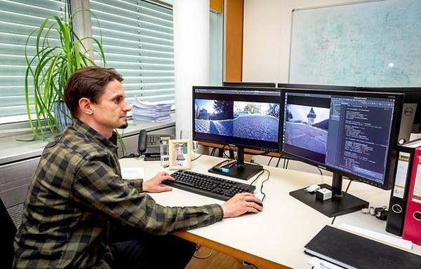 ▲스마트신발 개발자가 신발 앞의 카메라로 보내진 이미지를 컴퓨터앞에서 보고 있다. 그라츠대학은 이 화면과 별개로 시각장애인이 주변 환경을 인식하고 위험없이 걷게 해주는 인공지능 알고리즘을 개발했다. (사진=그라츠대)