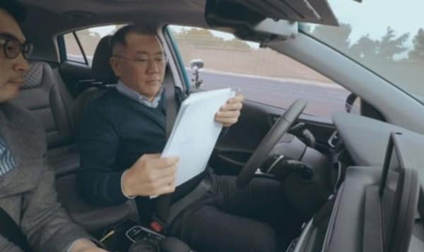 정희선 현대차그룹 회장이 자율주행차에 직접 타 서류를 보고 있다.